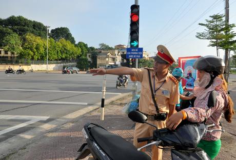 Lực lượng CSGT tuyên truyền, hướng dẫn người điều khiển phương tiện tham gia giao thông tuân thủ thực hiện việc đi đúng làn đường, phần đường quy định.