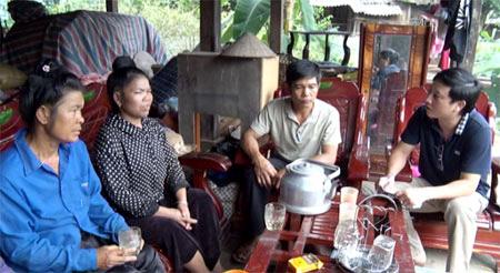 Phóng viên trò chuyện cùng anh Lò Văn Chiêm (áo trắng) và hai chị Hoàng Thị Nhình, Lò Thị Muồn được gia đình anh Chiêm cưu mang trong mấy ngày qua.