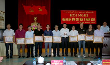 Phó Chủ tịch UBND tỉnh Nguyễn Chiến Thắng trao bằng khen của UBND tỉnh cho các cá nhân có hoạt động tích cực trong đợt tuyên truyền về công tác phòng, chống và khắc phục lũ quét tại huyện Mù Cang Chải.