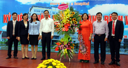 Ký cam kết giữa các phòng ban với Ban Giám đốc Bệnh viện về thực hiện đổi mới phong cách phục vụ hướng tới sự hài lòng của người bệnh.