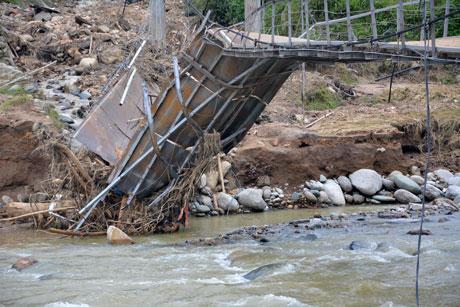 Cây cầu treo bản Hát, xã Hát Lừu, huyện Trạm Tấu đã bị xoắn vặn, gẫy gập trong cơn mưa lũ lịch sử vừa qua.