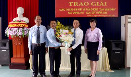 Chủ tịch UBND tỉnh Đỗ Đức Duy tặng hoa chúc mừng Ban Dân vận Tỉnh ủy nhân kỷ niệm 88 năm Ngày truyền thống công tác dân vận của Đảng 15/10.