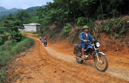 """""""Đường đặc thù"""" giúp nhân dân vùng sâu, vùng xa huyện Văn Yên đi lại thuận tiện hơn."""