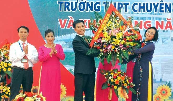 Đồng chí Bí thư Tỉnh ủy, Chủ tịch HĐND tỉnh Phạm Thị Thanh Trà chúc mừng Trường THPT Chuyên Nguyễn Tất Thành nhân dịp khai giảng năm học mới.