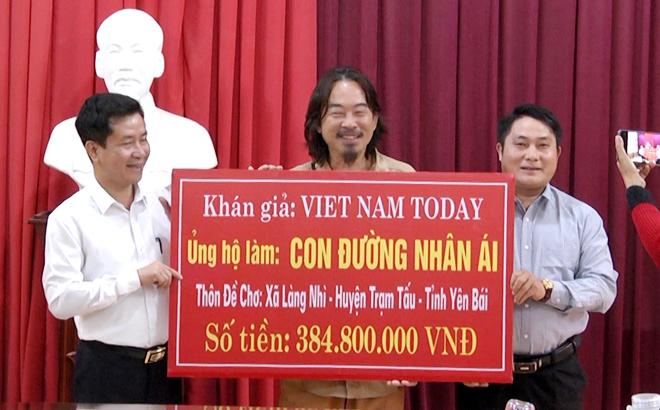 Nhà báo việt kiều Trường Nguyễn (đứng giữa) chủ kênh VietNam Today đã phối hợp với Báo Yên Bái, huyện Trạm Tấu trao tặng tiền ủng hộ công trình