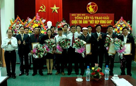 Lãnh đạo Báo Yên Bái, Ban Dân tộc tỉnh đã 1 giải nhất, 3 giải nhì, 5 giải 3 và 10 giải khuyến khích cho các tác giả đạt giải.