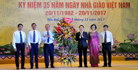 Thay mặt Tỉnh ủy, HĐND, UBND tỉnh, Chủ tịch UBND tỉnh Đỗ Đức Duy và Phó Chủ tịch UBND tỉnh Dương Văn Tiến tặng hoa chúc mừng ngành giáo dục-đào tạo.