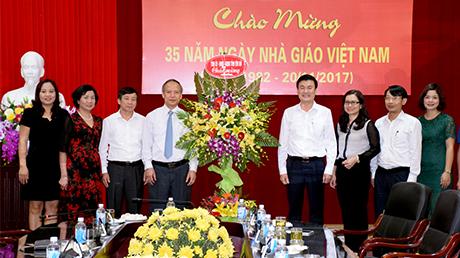 Đồng chí Phó Chủ tịch UBND tỉnh Nguyễn Chiến Thắng tặng hoa chúc mừng cán bộ ngành Giáo dục và Đào tạo tỉnh Yên Bái.