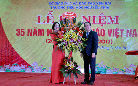 Phó Chủ tịch Thường trực UBND tỉnh Tạ Văn Long tặng hoa chúc mừng nhà trường nhân ngày 20/11.