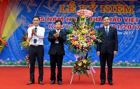 Đồng chí Dương Văn Tiến - Phó Chủ tịch UBND tỉnh Yên Bái tặng hoa chúc mừng thầy và trò Trường THPT Nguyễn Lương Bằng.