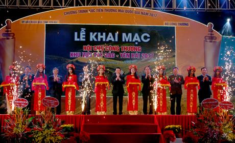 Các đồng chí lãnh đạo cắt băng khai mạc Hội chợ Công thương khu vực Tây Bắc – Yên Bái năm 2017.