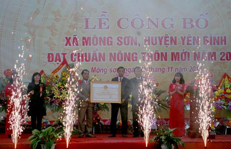 Các đồng chí lãnh đạo tỉnh trao bằng công nhận xã đạt chuẩn nông thôn mới cho Đảng bộ, chính quyền và nhân dân xã Mông Sơn.