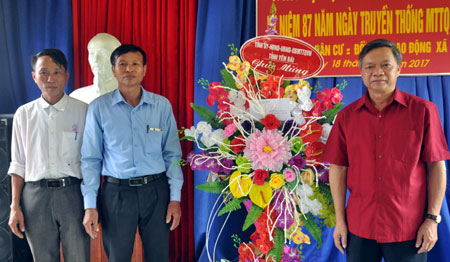 Đồng chí Nông Văn Lịnh - Chủ tịch Ủy ban MTTQ tỉnh tặng hoa chúc mừng liên khu dân cư Đồng Hạ - Lao Động, xã Vân Hội.