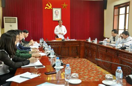 Đồng chí Tạ Văn Long -Ủy viên Ban Thường vụ Tỉnh ủy, Phó Chủ tịch Thường trực UBND tỉnh, Tổ trưởng Tổ thảo luận số 1 gợi ý nội dung thảo luận.