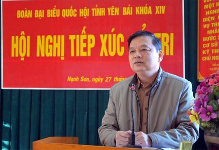 Đồng chí Phó Bí thư Thường trực Tỉnh ủy, Trưởng đoàn Đại biểu Quốc hội tỉnh Dương Văn Thống tiếp thu và ghi nhận những ý kiến, kiến nghị của cử tri.