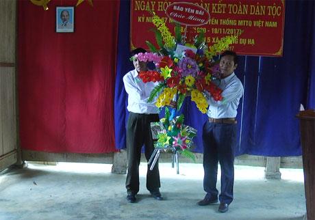 Đồng chí Phí Văn Nam- Phó Tổng biên tập Báo Yên Bái tặng hoa chúc mừng ngày hội Đại đoàn kết toàn dân tộc.