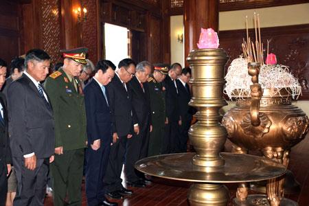 Đoàn cán bộ cấp cao hai tỉnh dâng hương Chủ tịch Hồ Chí Minh tại Lễ đài sân vận động thành phố Yên Bái.
