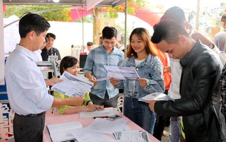 Đoàn viên thanh niên, người lao động trên địa bàn tỉnh nghe tư vấn, hỗ trợ thông tin về thị trường lao động tại các gian hàng trong Phiên giao dịch.