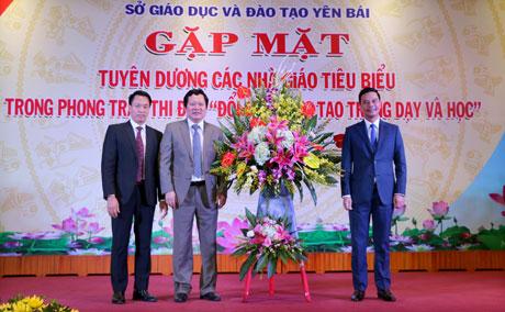 Thay mặt lãnh đạo tỉnh, đồng chí Phó Chủ tịch UBND tỉnh Dương Văn Tiến tặng hoa chúc mừng ngành GD-ĐT tỉnh nhân dịp kỷ niệm 36 năm Ngày Nhà giáo Việt Nam 20/11.