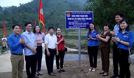 Các đại biểu chứng kiến lễ khánh thành ngầm tràn tại thôn Đồng Cát, xã Kiên Thành, huyện Trấn Yên