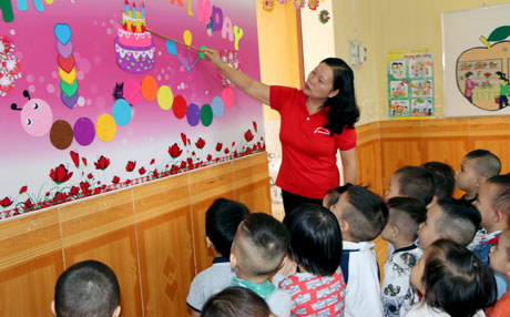 Cô Đỗ Thị Liễu luôn lựa chọn phương pháp giảng dạy phù hợp, hài hòa, tạo hứng thú thu hút trẻ đến lớp.