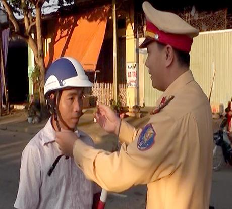 Đã có 100 mũ bảo hiểm đảm bảo chất lượng được lực lượng CSGT (Công an huyện Trấn Yên) tặng người vi phạm trong đợt ra quân này.