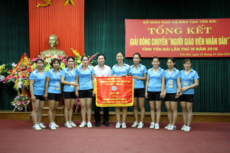 Ban Tổ chức trao giải Nhất bóng chuyền hơi nữ khối phòng cho phòng Giáo dục và Đào tạo huyện Lục Yên.