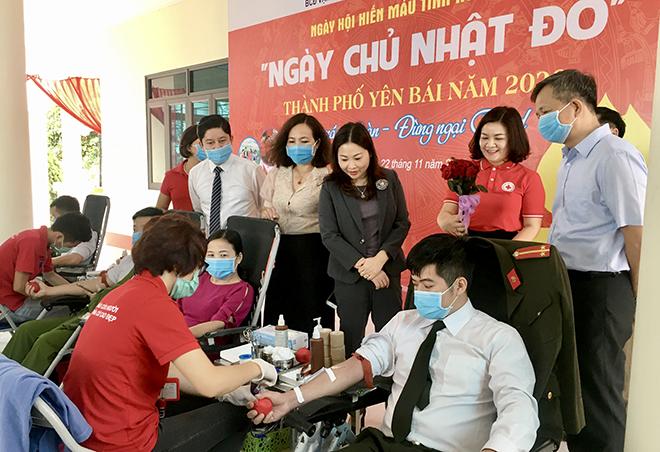 Ban Chỉ đạo VĐHMTN tỉnh tới động viên người hiến máu tình nguyện tại Ngày Chủ nhật đỏ năm 2020.