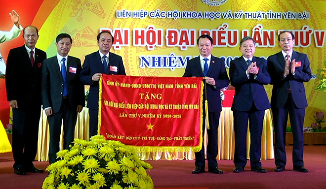 Thay mặt Tỉnh ủy - HĐND - UBND - Ủy ban MTTQ Việt Nam tỉnh, đồng chí Đỗ Đức Duy - Bí thư Tỉnh ủy tặng Đại hội bức cờ thêu mang dòng chữ