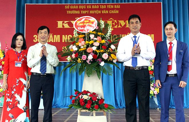 Đồng chí Nguyễn Minh Tuấn - Trưởng ban Tuyên giáo Tỉnh ủy tặng hoa chúc mừng thầy cô giáo Trường THPT Văn Chấn