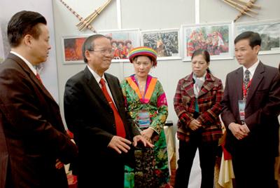 Phó Thủ tướng Chính phủ Trương Vĩnh Trọng trao đổi với các đại biểu tham dự Diễn đàn.