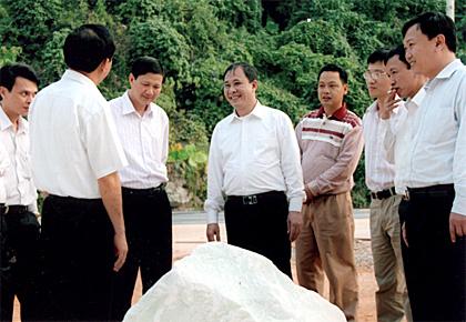 Đồng chí Phạm Duy Cường - Phó bí thư Tỉnh ủy, Phó chủ tịch UBND tỉnh Yên Bái (người đứng thứ 5 từ phải sang) gặp gỡ, trao đổi với các doanh nghiệp chế biến đá ở huyện Lục Yên.