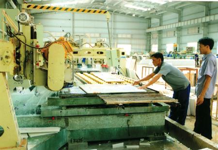 Công ty TNHH Đá Cẩm Thạch R.K Việt Nam chế tác đá xẻ tại huyện Lục Yên.