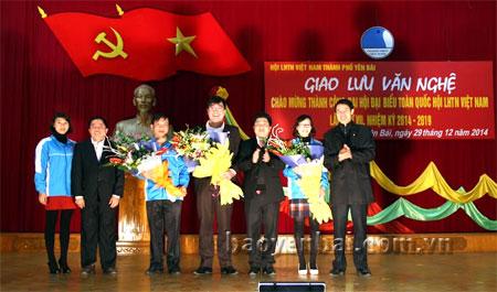 Các đồng chí lãnh đạo Ban Dân vận Tỉnh ủy và Ủy ban MTTQ tỉnh Yên Bái tặng hoa chúc mừng các đồng chí được tín nhiệm tham gia Ủy ban Hội LHTN Việt Nam khóa VII, nhiệm kỳ 2014 - 2019.