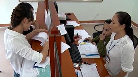 Người dân đến nộp thuế tại Chi cục Thuế huyện Văn Chấn.