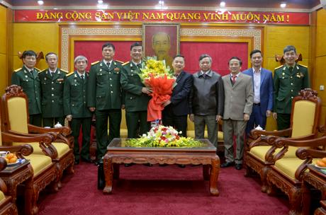 Phó Bí thư Thường trực Tỉnh ủy Dương Văn Thống tặng hoa chúc mừng  Đoàn đại biểu Hội CCB tỉnh trước khi lên đường dự Đại hội đại biểu toàn quốc Hội Cựu chiến binh Việt Nam lần thứ VI, nhiệm kỳ 2017 – 2022.