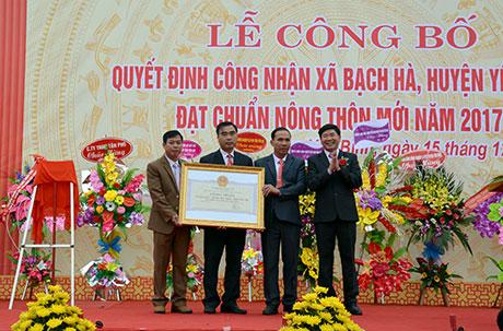 Lãnh đạo Sở Nông nghiệp và Phát triển Nông thôn trao Bằng công nhận của UBND tỉnh công nhận xã Bạch Hà đạt chuẩn nông thôn mới.