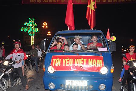 Việt Nam chiến thắng! Tự hào Việt Nam! Tôi yêu Việt Nam!