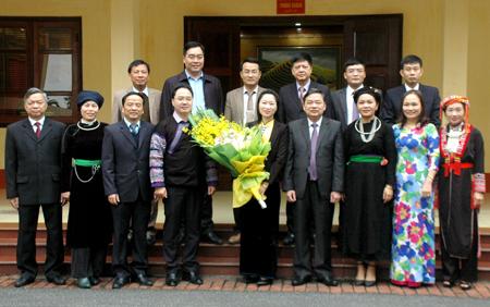 Đồng chí Dương Văn Thống - Phó Bí thư Thường trực Tỉnh ủy cùng các đại biểu chụp ảnh lưu niệm với đoàn đại biểu nông dân tỉnh tham dự Đại hội.