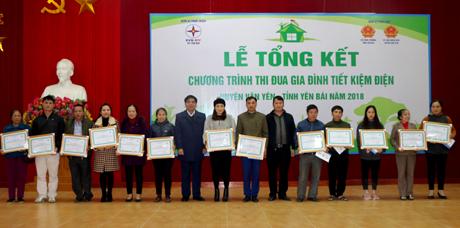 15 hộ gia đình tiết kiệm điện tiêu biểu trên địa bàn huyện Văn Yên năm 2018 được khen thưởng tại Lễ tổng kết.