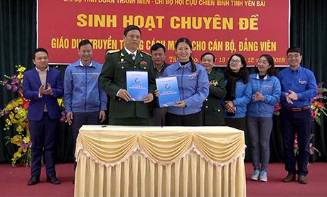 Chi bộ Tỉnh đoàn thanh niên và Chi bộ Hội Cựu Chiến binh tỉnh ký kết Kế hoạch phối hợp hoạt động.