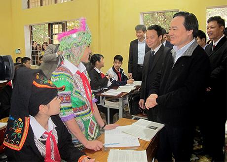 Bộ trưởng Bộ Giáo dục và Đào tạo Phùng Xuân Nhạ và Chủ tịch UBND tỉnh Đỗ Đức Duy trao đổi với học sinh Trường Phổ thông dân tộc nội trú huyện Văn Yên.