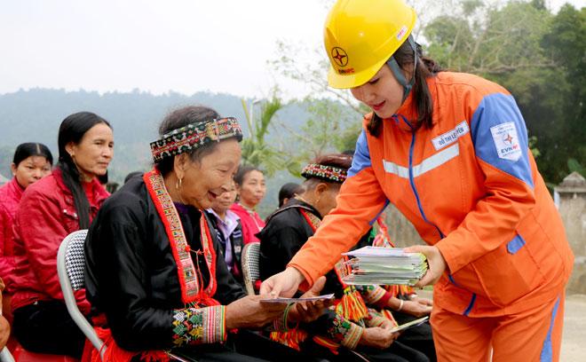Cán bộ Công ty Điện lực Yên Bái phát tờ rơi tuyên truyền tiết kiệm diện đến người dân huyện Lục Yên