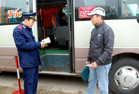 Thanh tra giao thông kiểm tra điều kiện hoạt động của xe khách.