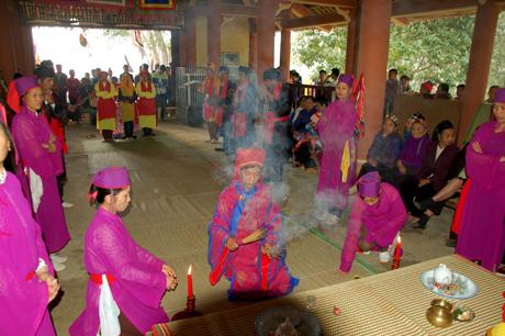 Việc dâng cúng để cầu cho mạ xanh lúa tốt, cầu an lành, thịnh vượng, nhà nhà ấm no, hạnh phúc theo nghi lễ truyền thống.