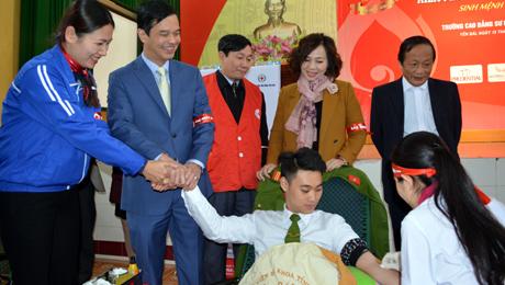 Đồng chí Dương Văn Tiến - Phó Chủ tịch UBND tỉnh cùng lãnh đạo Sở Y tế, Tỉnh đoàn, Hội Chữ thập đỏ thăm hỏi, động viên đoàn viên, thanh niên tham gia hiến máu tình nguyện.