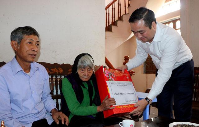 Bí thư Huyện ủy Đoàn Hữu Phung tặng quà tết cụ Ngô Thị Leo, thôn Đồi Hồi, xã Tân Hương, huyện Yên Bình.