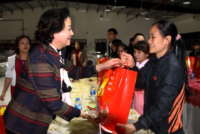 Đồng chí Bí thư Tỉnh ủy Phạm Thị Thanh Trà tặng quà tết cho công nhân Công ty TNHH Unico Global Yên Bái.