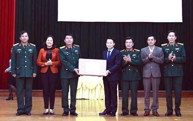 Đồng chí Đỗ Đức Duy - Chủ tịch UBND tỉnh chúc Tết cán bộ, chiến sỹ Bộ Chỉ huy Quân sự tỉnh.