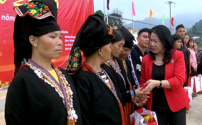 Lãnh đạo Trung ương Hội CTĐ Việt Nam tặng quà cho người dân ở xã Xuân Tầm, huyện Văn Yên.